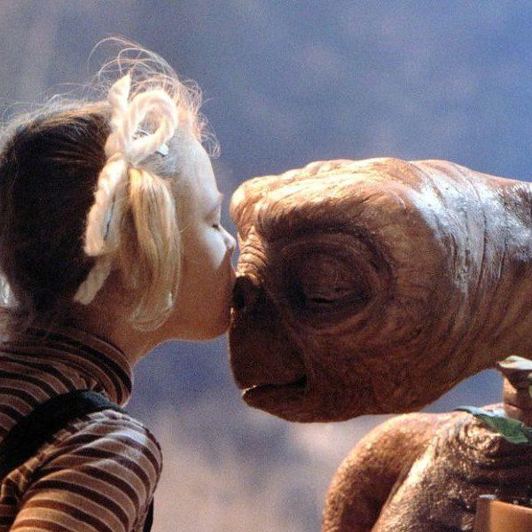 スティーブン・スピルバーグによる名作ファンタジー映画 E.T. の オフィシャルTシャツ が復刻リリース